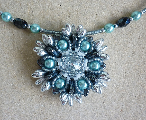 Pattern 932/1071 Small Strawflower pendant